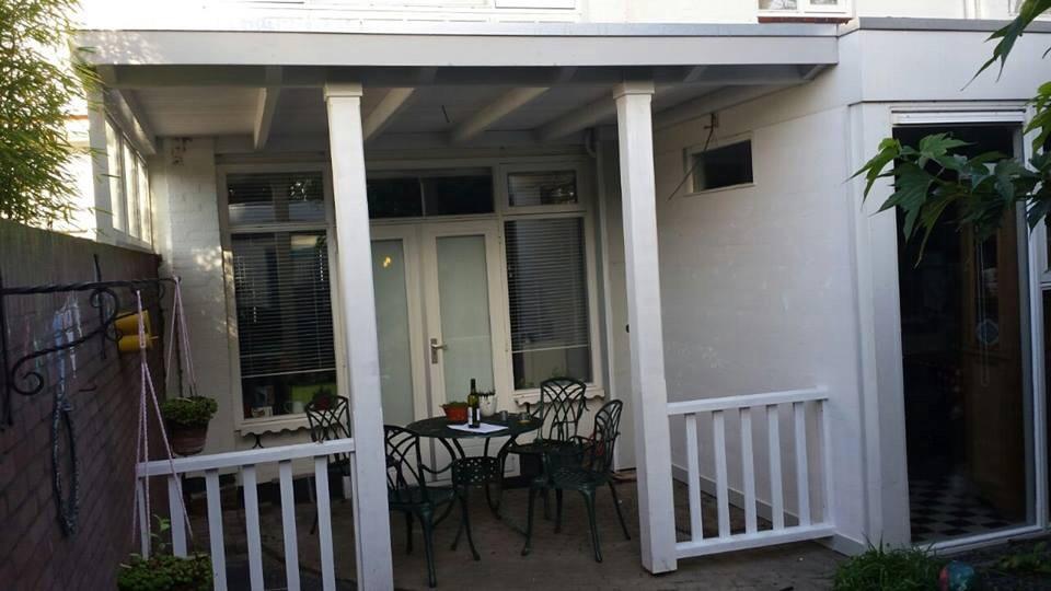 Knusse veranda met balustrade