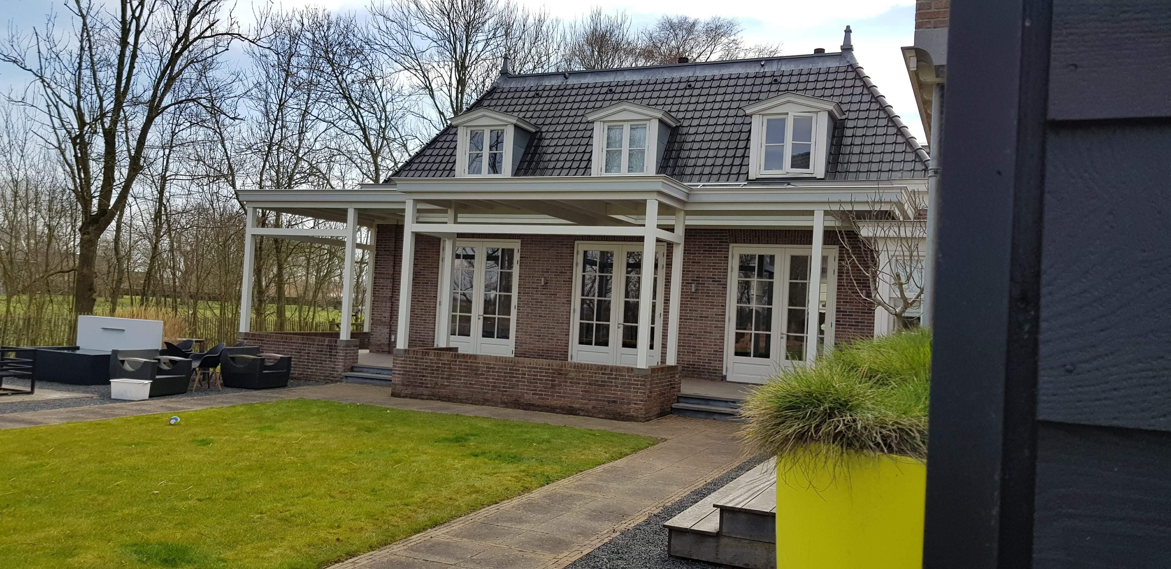Royale statige houten veranda