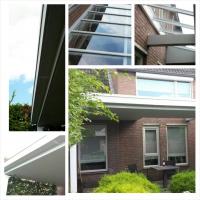 Strakke moderne veranda met lichtstraat